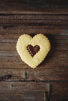 Heart-shaped shortbread with chocolate filling on wood - GIOF01760