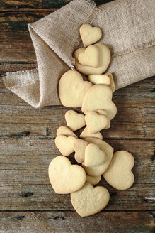Heart-shaped shortbreads and jute on wood - GIOF01772