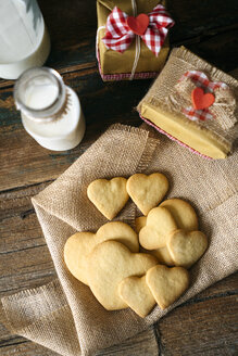 Heart-shaped shortbreads on jute, glass bottle of milk and two gift boxes - GIOF01787