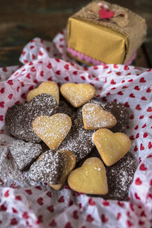 Various shortbreads sprinkled with icing sugar and a gift box - GIOF01799