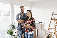 Couple planning their new home, using virtual reality goggles - JOSF00515