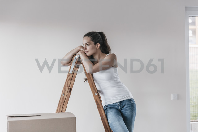 Mature woman standing in her new home, leaning on ladder - JOSF00560 - Joseffson/Westend61
