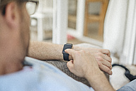 Man using smart watch - JOSF00602