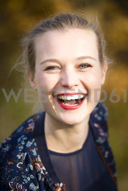 Portrait of laughing young woman in autumn - NGF00386 - Nadine Ginzel/Westend61