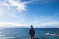 Back view of man looking at the sea - SIPF01410