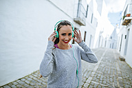 Young woman wearing headphones for workout - KIJF01227