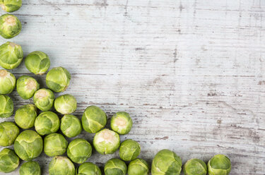 Brussels sprouts on wooden background - JUNF00844