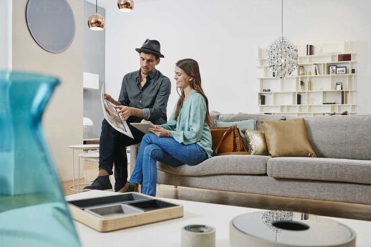 Couple choosing furniture in shop, using digital tablet - RORF00632 - Roger Richter/Westend61
