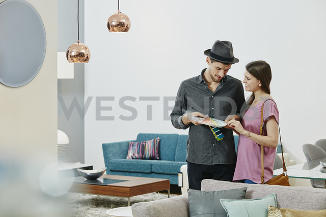 Couple in furniture store looking at color samples - RORF00635 - Roger Richter/Westend61