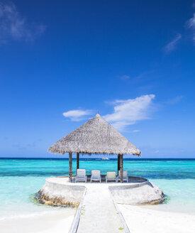 Maledives,South Male Atoll, Sun loungers under parasol - JLRF00088