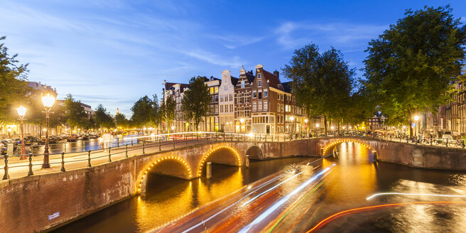 Netherlands, Amsterdam, lighted bridges over Emperor's Canal and Leidse Canal in the evening - WDF03918