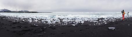 Iceland, Jokulsarlon, Diamond Beach, photographer at work on the beach - EPF00355