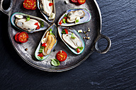 Green mussels with tomatoes, capsicum and garlic, in iron pan - CSF27950