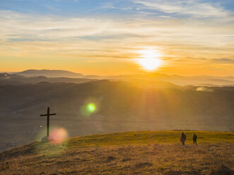 Italy, Umbria, Gubbio, Two boys hiking at sunset - LOMF00517