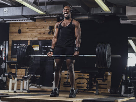 Athlete in gym doing weight lifting - MADF01354