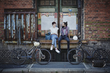 Couple with electric bicycles - RORF00657