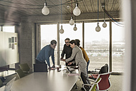 Business meeting in office - UUF09984