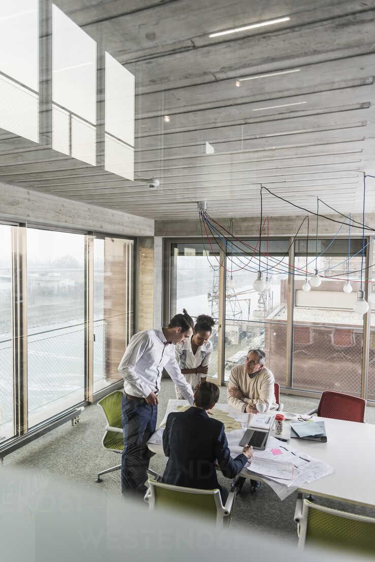 Business meeting in office - UUF10041 - Uwe Umstätter/Westend61