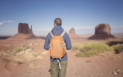 USA, Utah, back view of man with backpack looking at Monument Valley - EPF00362