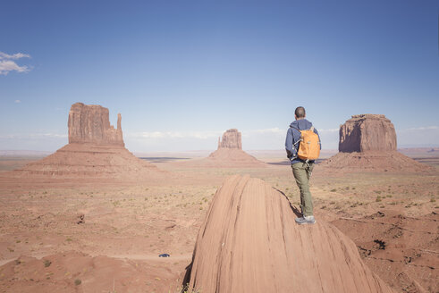 USA, Utah, back view of man with backpack looking at Monument Valley - EPF00365