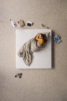 Woman lying in bed, top view - JOSF00612