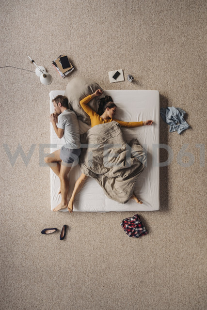 Couple lying in bed, top view - JOSF00621 - Joseffson/Westend61