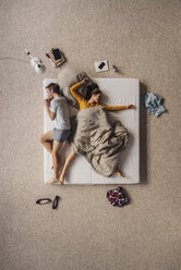 Couple lying in bed, top view - JOSF00621