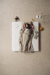 Woman lying in bed, top view - JOSF00630