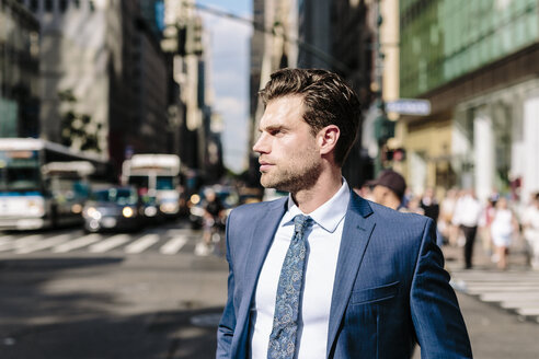 Handsome businessman walking in Manhattan - GIOF02042
