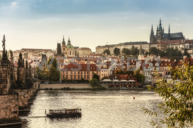 Czechia, Prague, view to castle and Charles Bridge with Vltava in the foreground - CSTF01306