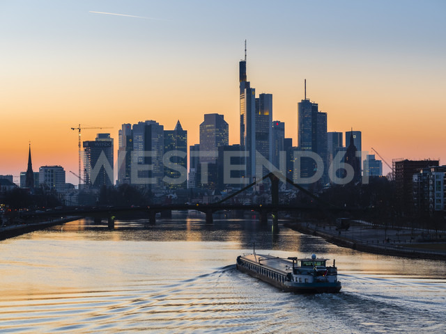Germany, Frankfurt, view to skyline with Floesserbruecke and Main River in the foreground at morning twilight - AMF05299 - Martin Moxter/Westend61