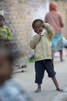 Madagaskar, Fianarantsoa, Homeless boy making hand signs - FLKF00770