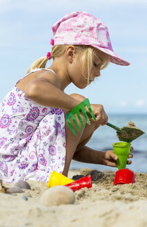 Little girl playing on the beach - JFEF00844
