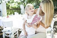 Happy mother receiving heart form her daughter - WESTF22796