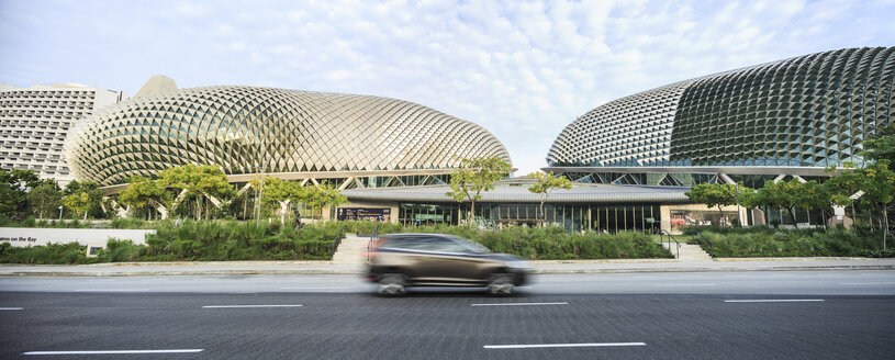 Singapore, view to Esplanade Theatres on the Bay with car passing in the foreground - EA00012