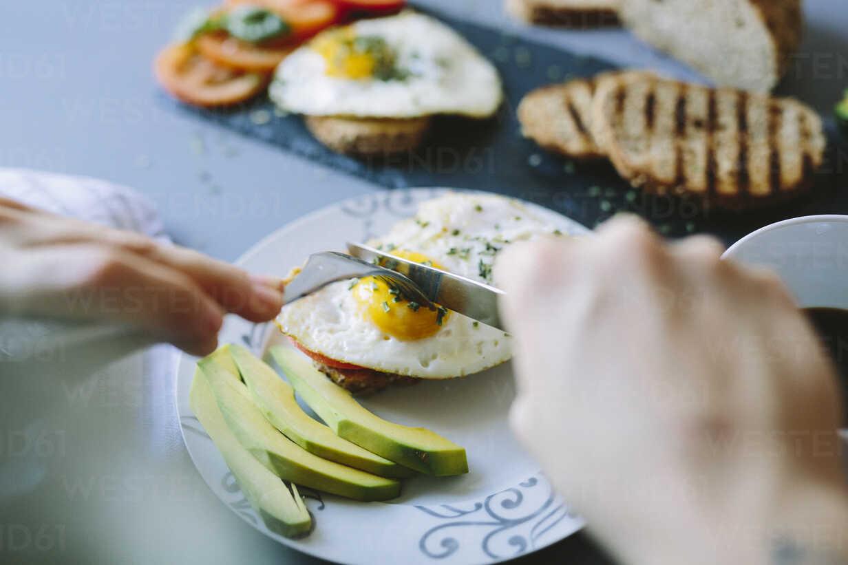 Breakfast with eggs, avocado, bread and tomatoes - GIOF02156 - Giorgio Fochesato/Westend61