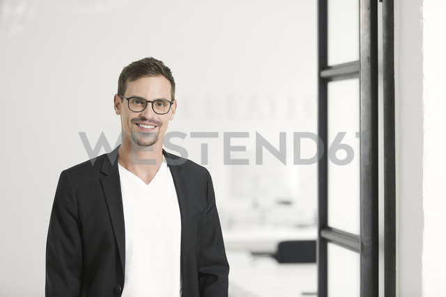 Portrait of a young businessman in his office - SBOF00351 - Steve Brookland/Westend61