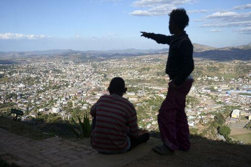 Madagascar, Fianarantsoa, Street children looking at city view - FLKF00782