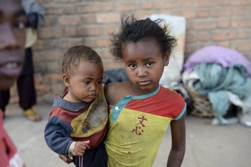 Madagascar, Fianarantsoa, Homeless litle girl carrying todler - FLKF00791