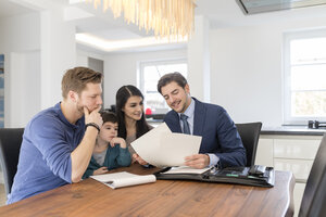 Consultant talking to family at home - SHKF00746