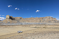USA, Arizona, Glen Canyon National Recreation Area, rock formations and SUV on NP 230 Road to Alstrom Point - FOF09035