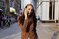 USA, New York, Manhattan, smiling young businesswoman on the phone - BOYF00721