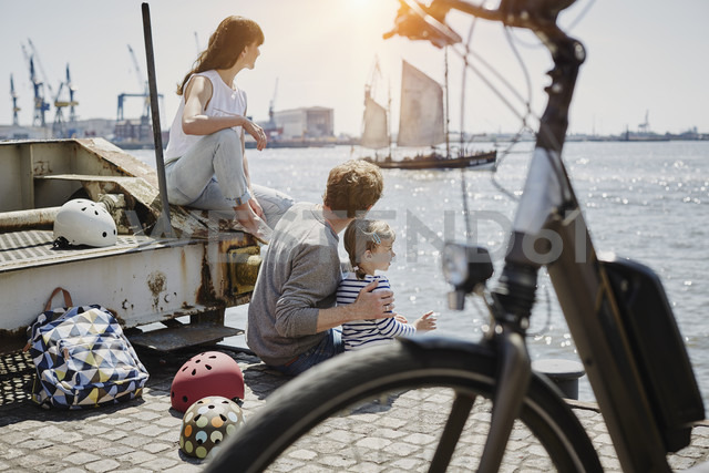 Germany, Hamburg, family having a break from a bicycle tour at River Elbe - RORF00683 - Roger Richter/Westend61