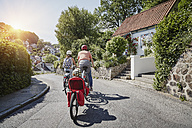 Germany, Hamburg, Blankenese, family riding e-bikes - RORF00692