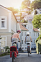 Germany, Hamburg, Blankenese, family riding e-bikes - RORF00695