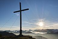 Germany, Bavaria, Jachenau, summit cross on Hirschhoernlkopf - SIEF07353