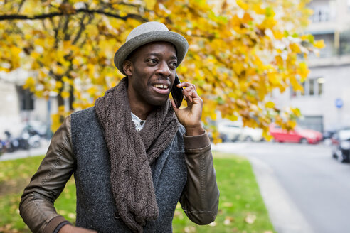 Portrait of stylish man on the phone in autumn - MAUF01018