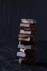 Pile of chocolate pieces on black slate - CSF28120