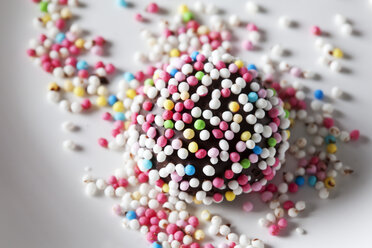 Fondant confectionery with sugar beads - CSF28138
