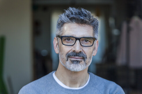 Portrait of mature man wearing glasses - TCF05355